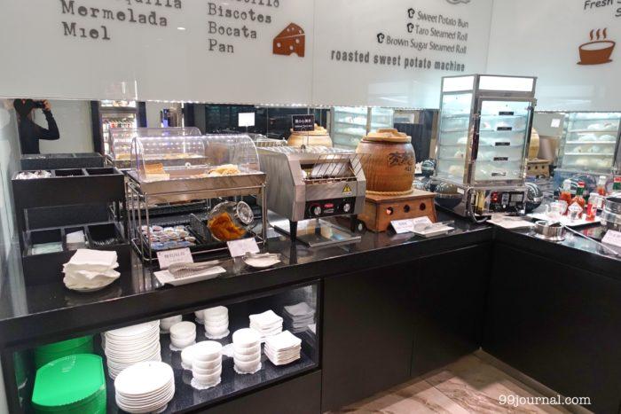 高雄空港のエバー航空のラウンジ食事写真