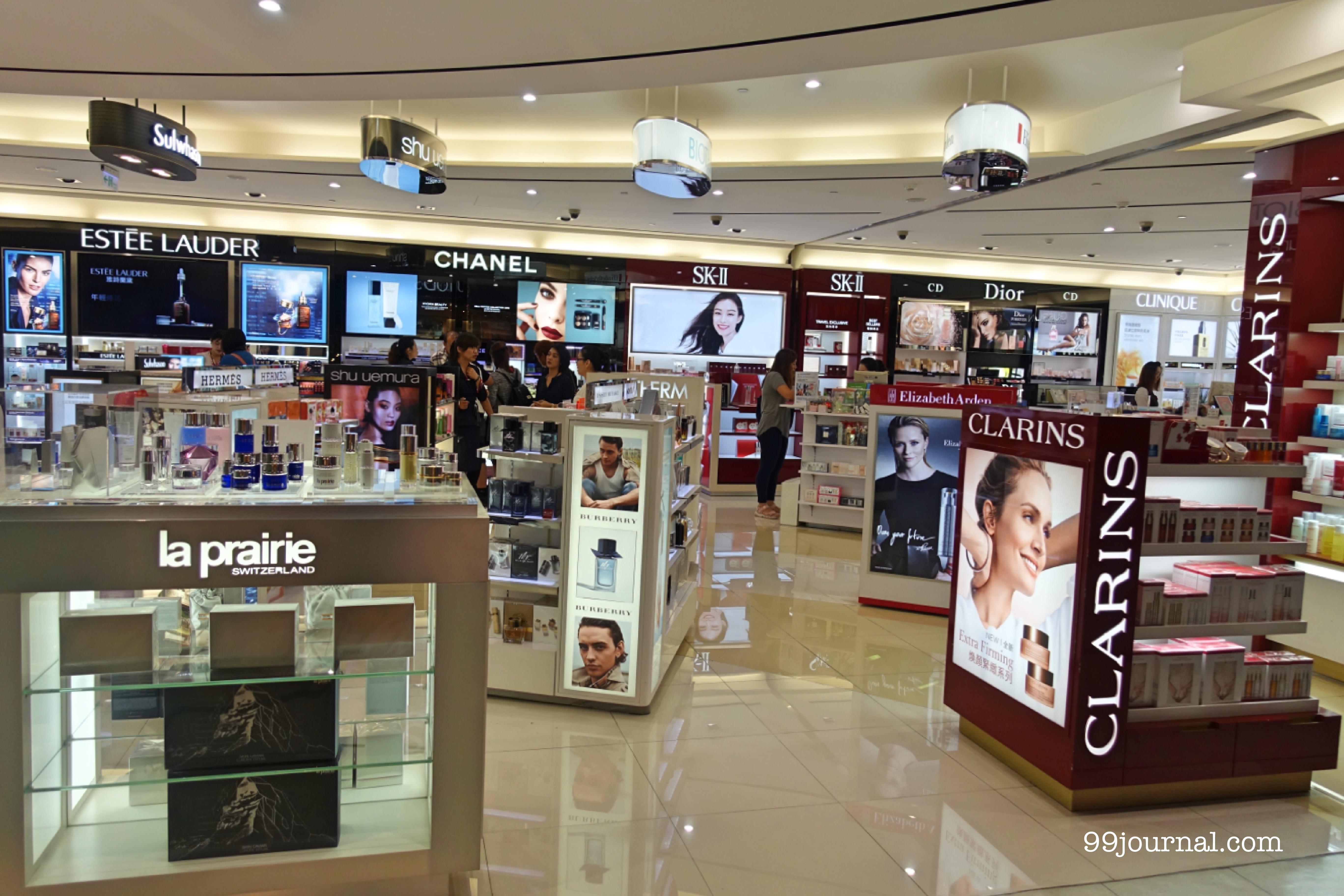高雄空港内の化粧品売り場の店内の画像