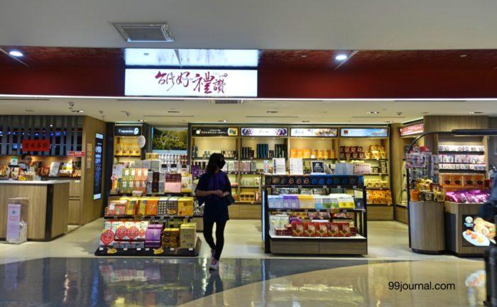 台湾の桃園空港で雑貨やパックなどお土産が買える店の写真画像